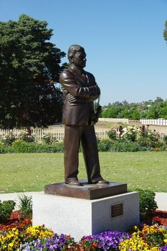Ray Warren Statue