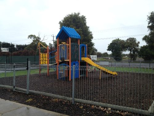 Shirley Mackenzie Memorial Playground : November 2013