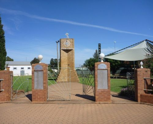War Memorial Gates : 24-April-2011