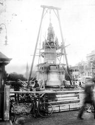 1920 : Erecting the monument : State Library of South Australia - PRG-280-1-26-95